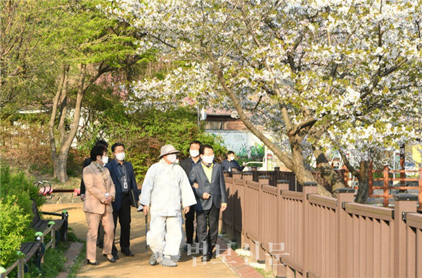 봉선사 주지 초격 스님과 안승남 구리시장 일행이 연꽃이 식재된 샛다리공원 현장을 둘러봤다.